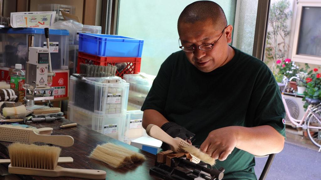 手植えブラシ職人の寺澤一久さん